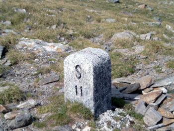Borne frontière à Passo San Giacomo entre Val Formazza en Italie et Val Bedretto en Suisse.