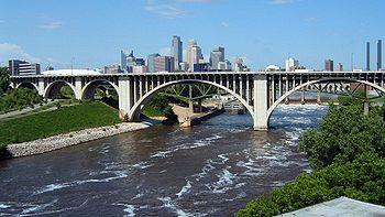 Le Cedar Avenue Bridge enjambant le Mississippi.