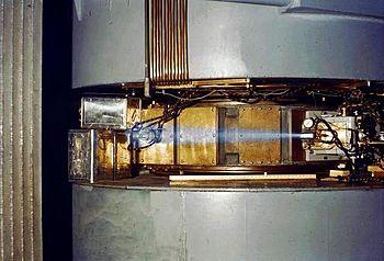 Flash bleu provoqué par un rayonnement ionisant, similaire à celui observé lors d'un accident de criticité.