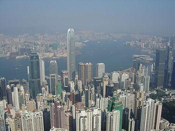 Des milliers de gratte-ciel à Hong Kong (plus de 6000) depuis le Peak. Les bâtiments qui semblent minuscules au loin dépassent généralement les 40 étages.