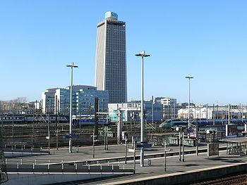 Vue générale: au premier plan, la gare RER, au second les voies Paris-Lille et les voies de l'Atelier SNCF du Landy, au fond, la Tour Pleyel