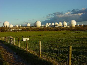 Stations d'interception du Réseau Echelon situées à Menwith Hill (Royaume-Uni).