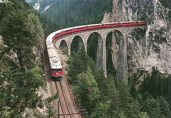 Train des Chemins de fer rhétiques dans le canton des Grisons