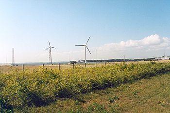 Risø avec les éoliennes, et le réacteur nucléaire en fond