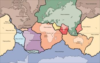 Carte des principales plaques tectoniques (attention les surfaces sont déformées par la projection de Mercator) Plaques majeures:       plaque pacifique    plaque eurasienne   plaque africaine   plaque antarctique    plaque nord-américaine   plaque australienne   plaque sud-américaine   plaque de Nazca   plaque indienne   plaque philippine   plaque arabique   plaque des Cocos   plaque caraïbe   plaque Juan de Fuca  Plaque mineure:   plaque Scotia