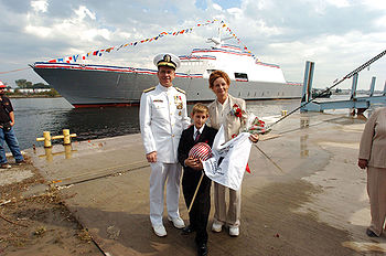 Le chef des opérations navales Mullen posant avec les parrains du USS Freedom (LCS-1) en arriére plan