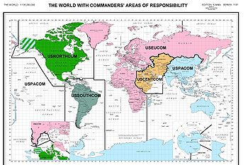 La mondialisation militaire vue des États-Unis: répartition géographique du commandement Interarmées de Combat. Cette présence globale permettant la projection de la puissance armée, sous la forme la plus adaptée à l'action requise par la géostratégie et la tactique, forme la base de l'ensemble des interventions militaires depuis 1947. Ce déploiement contribue pour beaucoup pour l'opinion publique mondiale dans la perception d'un Empire américain.