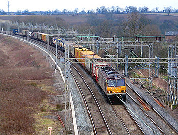 Une classe 92 britannique en tête d'un train de fret