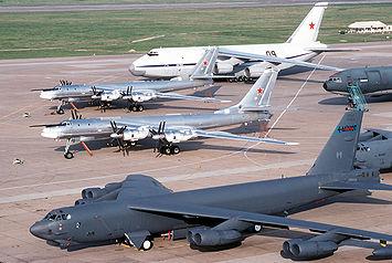 2 Tu-95 Bear-H russe entre un An-124 et un B-52 de l'USAF sur une base de Louisiane en 1992