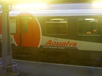 Voiture Corail de première classe, en livrée Aqualys, en Gare d'Austerlitz, août 2006.