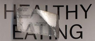 Un cristal de calcite fait apparaître certaines lettres en double