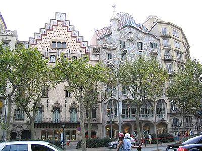 Vue d'ensemble de la Casa Batll� (immeuble avec le toit ondul�)