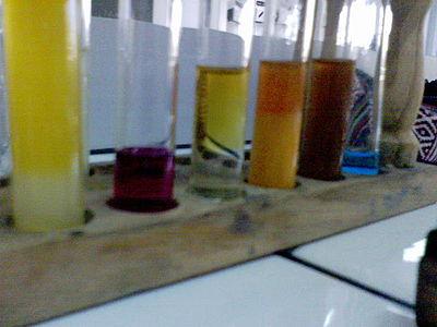 Tubes à essai contenant des solutions chimiques
