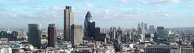 Gratte-ciel de la City (premier plan à gauche) et de Canary Wharf (arrière plan à droite)
