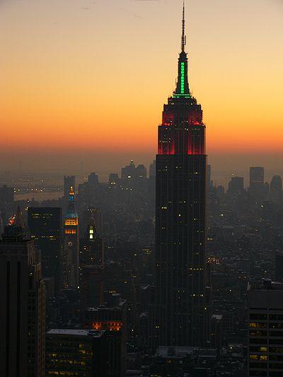 L'Empire State Building éclairé de vert et de rouge, à l'occasion des fêtes de fin d'année. On aperçoit la Metropolitan Life Tower elle aussi éclairée, en bleu et en jaune.