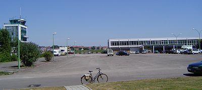La tour de contrôle et l'aérogare, photo prise le 16 juillet 2006