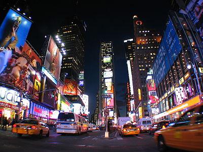 Times Square, au cœur d'une dense société de l'information; la multiplicité des supports et des sources est-elle réductible à un modèle théorique? Chomsky s'attelle à cette tâche, le décrit, puis le passe au spectre de l'Histoire contemporaine des États-Unis.