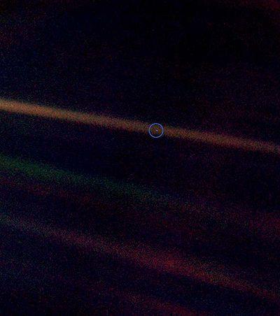 La Terre est le petit point au centre du rayon solaire le plus à droite de la photo