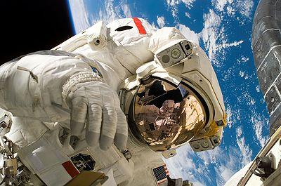 L'astronaute Piers Sellers pendant la troisième sortie extravéhiculaire de la mission STS-121