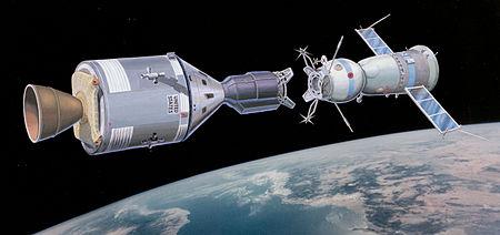Cette image qui n'est pas une photographie montre les deux vaisseaux en train de se raccorder dans l'espace. Le 15 juillet 1975 à 12 heures 20, la fusée qui transporte le vaisseau Soyouz 19 décolle de Baïkonour. Le même jour à 19 heures 50, la fusée Saturne 1B emportant le vaisseau Apollo 18 s'élance de Cap Kennedy. Ces deux lancements sont retransmis dans le monde entier. À 15 heures 50, les deux vaisseaux se rassemblent et, à 19 heures 20, la porte s'ouvre.