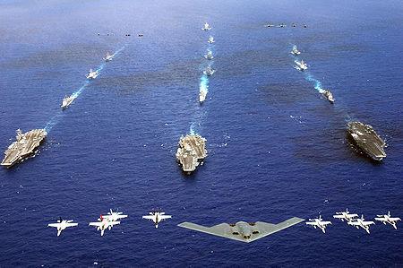 L'exercice Valiant Shield mené dans la partie ouest de l'océan Pacifique le 18 juin 2006 regroupa dans un groupe de forces combinées 28 navires, 300 aéronefs et environ 20000 militaires. De gauche à droite: les porte-avions Abraham Lincoln (CVN-72), Kitty Hawk (CV-63) et Ronald Reagan (CVN-76).