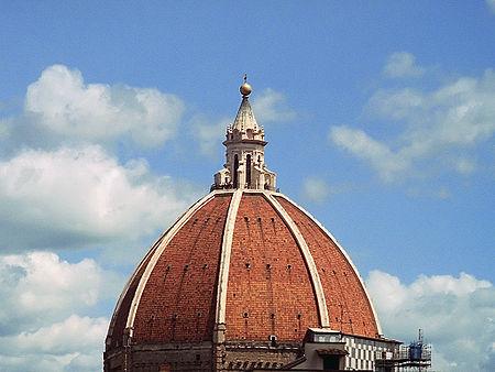 Un prodige technique: le dôme de Brunelleschi. Parvenu à cette hauteur, les méthodes de construction habituelles consistant à recouvrir l'édifice de terre ne sont plus applicables. L'architecte à recours à un systéme élaboré de portances en rayons pour bâtir le dôme, qui fit la renommée de la cité de Florence toute entière.