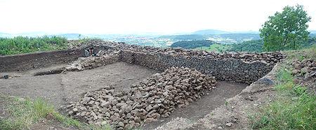 Fouilles arch�ologiques sur le plateau de Gergovie (Puy-de-D�me, France)�: mur de l'oppidum.