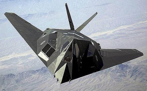 Un F-117 Night Hawk en plein vol au dessus du désert du Nevada