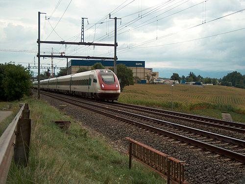 Un ICN dans la campagne Suisse-romande