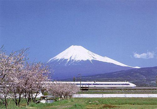 Le Shinkansen et des arbres Sakura devant le Mont Fuji