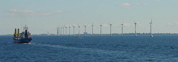 Éoliennes en pleine mer, près de Copenhague. Malgré la faible force du vent à cet endroit, elles produisent une énergie significative 97% du temps