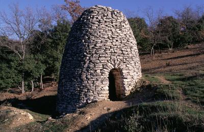Cabane à voûte d'encorbellement sur plan circulaire à Bonnieux (Vaucluse)