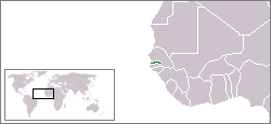 La Gambie (en vert) est presque totalement entourée par le Sénégal, à l'exception d'une bande côtière.