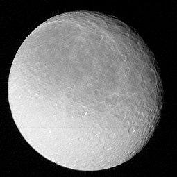 Rhéa, photographiée par Voyager 1 (NASA)
